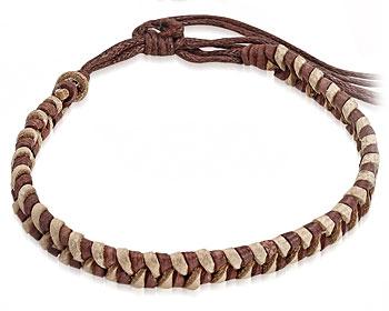 Ljusbrunt armband i flätat läder. Varierbar längd.