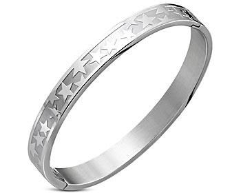 Stjärnarmband, bangle. Bredd cirka 8 mm. Diameter cirka 62 mm. Omkrets cirka 18,5 cm. Öppningsbart.