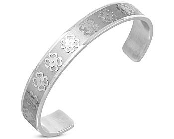 Stelt armband i stål. Bredd cirka 1 cm. Omkrets cirka 17 cm inklusive öppningen på cirka 4 cm.