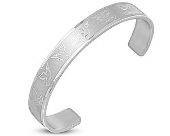 Fint armband i stål. Utsmyckat med duvor. Bredd cirka 1 cm. Omkretsen är cirka 17 cm inklusive öppningen på cirka 34 mm.