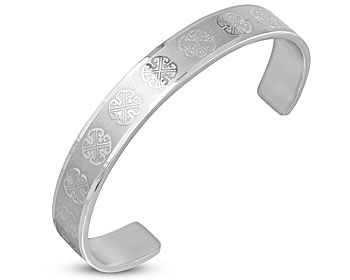 Mönstrat stålarmband. Bredden är cirka 1 cm. Armbandet har en omkrets på cirka 16,5 cm inklusive öppningen på cirka 3,5 cm.