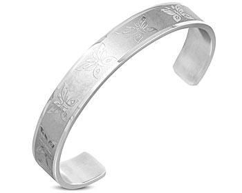 Armband med fjärilsutsmyckningar. Bredd cirka 1 cm. Omkretsen är cirka 17 cm inklusive öppningen på cirka 4 cm.