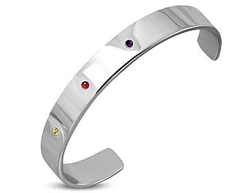 Fint armband i stål. Bredd cirka 1 cm. Armbandet har omkretsen 17 cm inklusive öppningen på cirka 4 cm.