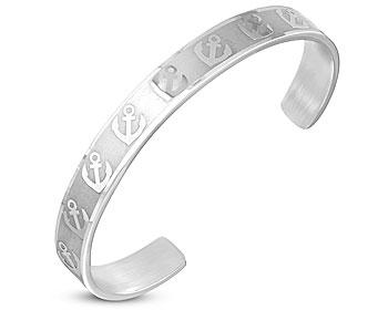 Stelt armband i stål med ankare utsmyckningar. Bredd cirka 8 mm. Omkretsen är cirka 17 cm inklusive själva öppningen på cirka 4 cm.
