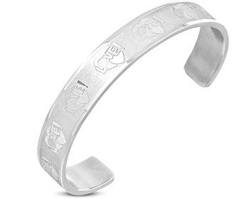 """Armband med text. """"LOVE"""". Bredd cirka 10 mm. Omkrets cirka 17,5 cm, öppning cirka 4 cm."""