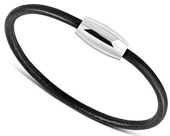 Svart armband i läder. Längd cirka 18 cm.