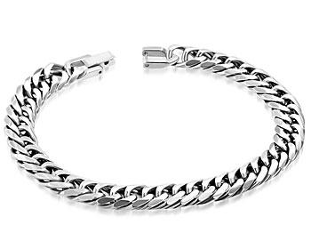 Armband i stål. Längd 22 cm, bredd 9 mm.