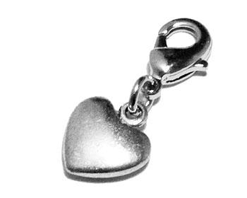 Hjärtberlock från Atinmood. Mått cirka 12 x 11 mm. Längd med lås cirka 2,5 cm.