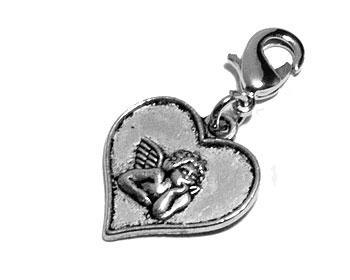 Berlock med hjärta. Mått cirka 19 x 18 mm. Längd med lås cirka 3 cm.