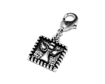 Smycke med text. Mått cirka 13 x 12 mm. Längd med lås cirka 3,8 cm.