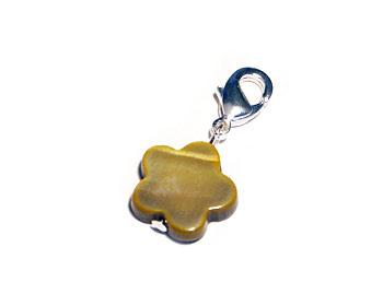 Blomberlock gjord i snäckskal. Berlocken kan hängas på halsband eller armband. Blomman är ca 12mm.