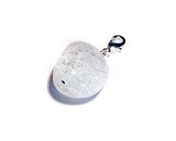 Berlock med en vit halvädelsten. Berlockstorlek ca 22x17mm. Kan hängas på halsband eller armband.