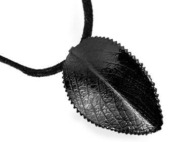 Halsband i stål med svart rem.