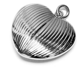 Hjärtformat hänge i kirurgiskt stål.
