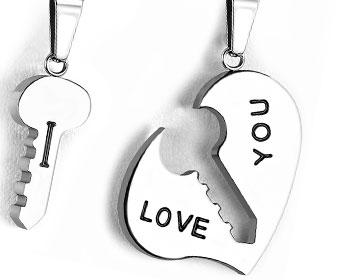 Kärlekshänge i stål. Mått hjärta cirka 28x28 mm,  mått nyckel cirka 20x10 mm.