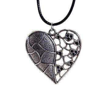 Halsband med stort hjärta och svart rem från Atinmood. Hjärtat är ca 5 x 5 cm stort.