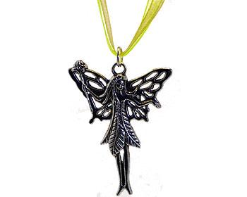 Halsband med en fe och grön rem från Atinmood. Fen är ca 4,5 x 4 cm stor.