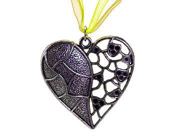 Halsband med ett hjärta och grönt rem från Atinmood. Hjärtat är ca 5 x 5 cm stort.