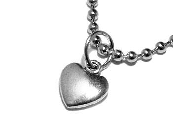 Halsband med hjärta och kedja. Längd cirka 1 cm.