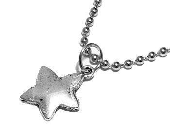 Halsband med stjärna och kedja. Atinmood. Längd cirka 2 cm.