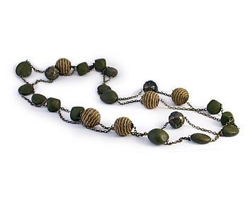 Långt trendigt halsband med gröna kulor och repkulor.
