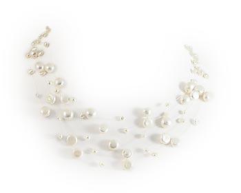 Pärlhalsband i vita odlade sötvattenpärlor och silverlås.