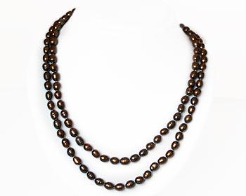 Mycket vackert pärlhalsband gjort i risformade odlade sötvattenpärlor. Pärlhalsbandet har knutar mellan pärlorna. Pärlstorlek 6x7 mm.