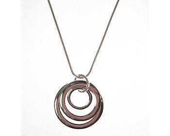 Dazzlinghalsband med silverfärgad ormkedja och hänge.