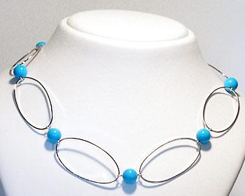 Halsband med blåa turkoser.