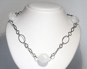 Halsband med halvädelstenar.