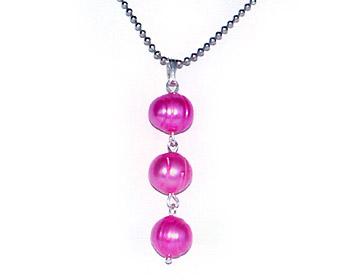 Halsband med tre rosa pärlor och kulkedja.
