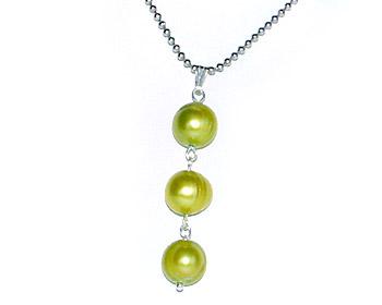Pärlhalsband med tre gröna sötvattenpärlor och kulkedja.