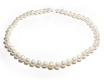 Pärlhalsband i vita odlade sötvattenpärlor och silverlås. Pärlhalsbandet har knutar mellan pärlorna.