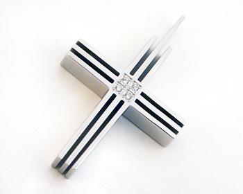 Kors i stål och cubic zirconia stenar. Hänget är cirka 4x2.5 cm.