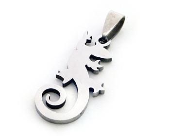 Hängsmycke i stål i form av en ödla. Hänget är cirka 3.5x1.5 cm.