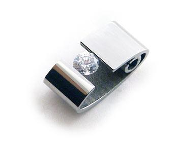 Vackert stålsmycke med en cubic zirconia sten. Storlek cirka 2x1 cm.