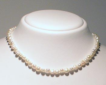 Pärlhalsband i vita odlade sötvattenpärlor. Pärlstorlek ca 5-6mm.