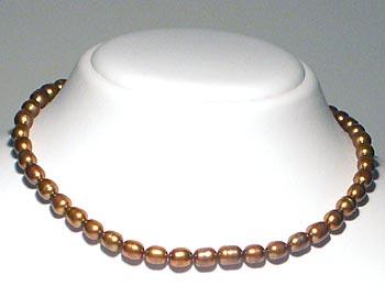 Pärlhalsband i risformade odlade sötvattenpärlor. Pärlstorlek ca 6x7mm.