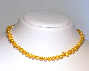 Pärlhalsband i odlade sötvattenpärlor. Pärlstorlek ca 6-7mm.