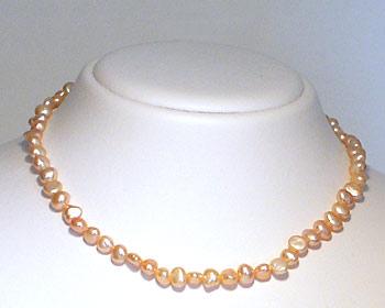 Pärlhalsband i odlade sötvattenpärlor. Pärlstorlek ca 5-6mm.