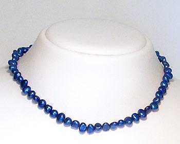 Pärlhalsband gjort i blåa odlade sötvattenpärlor. Pärlstorlek ca 6-7mm.