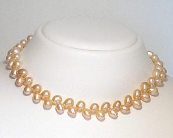 Pärlhalsband gjort i odlade sötvattenpärlor. Pärlhalsbandet har silverlås.