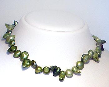 Pärlhalsband i gröna odlade sötvattenpärlor.