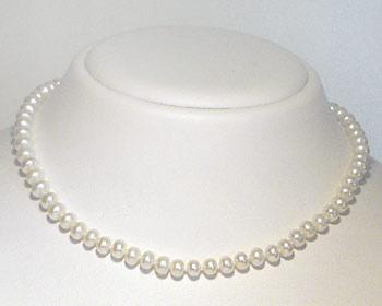 Halsband pärlor gjort i vita odlade sötvattenpärlor. Pärlstorlek ca 5mm. Pärlhalsbandet har knutar mellan pärlorna och silverlås.