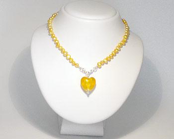 Pärlhalsband i gula odlade sötvattenpärlor och med ett gult hjärta.