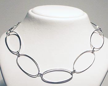 Kedjehalsband i silverfärgad metall.