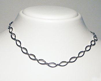Halsband i silverfärgad metall.