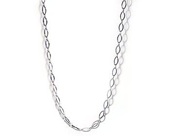 Långt kedjehalsband i silverfärgad metall.