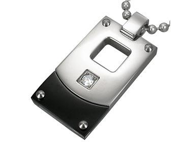 Hänge i kirurgiskt stål och en CZ-sten. Storlek ca 1,2x2,8cm.