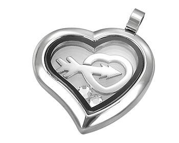 Hjärta i stål. Storlek cirka 2,4 x 2,5 cm.
